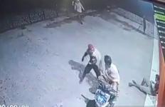 Aksi Begal Bersajam Terekam CCTV, Lihat, Menyeramkan Sekali - JPNN.com
