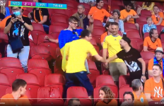 EURO 2020: Mendadak Suporter Belanda dan Ukraina Saling Rangkul. Kok Bisa? - JPNN.com