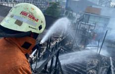 Kebakaran Rumah Makan Ampera di Pulogadung, Sebegini Kerugiannya - JPNN.com