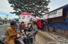 Hilang Kendali, Truk Tangki BBM Hantam Rumah di Aceh Timur - JPNN.com