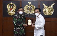 Panglima TNI Berikan Piagam Penghargaan Kepada Yozua Makes - JPNN.com