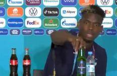Paul Pogba Singkirkan Botol Minuman Beralkohol di Meja Konpers - JPNN.com