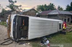 Minibus Rombongan Wisatawan dari Medan Terbalik di Aceh Timur, 2 Orang Tewas - JPNN.com