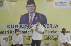 Menko Airlangga Bagikan 50 Ribu Butir Telur, Masker dan Kendaraan Sampah untuk Warga Jatinom - JPNN.com