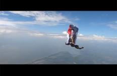 Lihat! Demi Ucapkan Selamat Ultah Buat Jokowi, Parasutis Lakukan Aksi Berbahaya di Udara - JPNN.com
