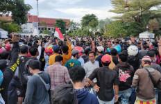 Pedemo dari Madura Kukuh Meminta Eri Cahyadi yang Keluar, Terjadi Ketegangan - JPNN.com
