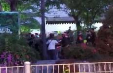 Pos Penyekatan Suramadu Kembali Diserang, Massa Tendang Kursi ke Arah Petugas - JPNN.com