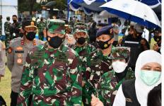 TNI-Polri Bersinergi Gelar Serbuan Vaksinasi Covid-19 di Tanjung Perak - JPNN.com
