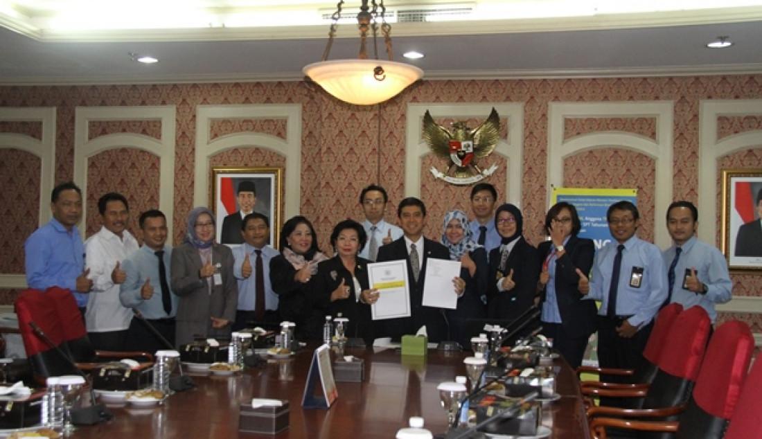 Menteri Pendayagunaan Aparatur Negara dan Reformasi Birokrasi (PANRB) Yuddy Chrisnandi melaporkan Surat Pemberitahuan (SPT) Tahun 2015 dengan menggunakan e-Filling di Jakarta, Rabu (2/3). Dia mengatakan, laporan ini sebagai bukti bahwa sebagai pejabat negara dirinya tetap taat melaporkan pajak.Foto: - JPNN.com