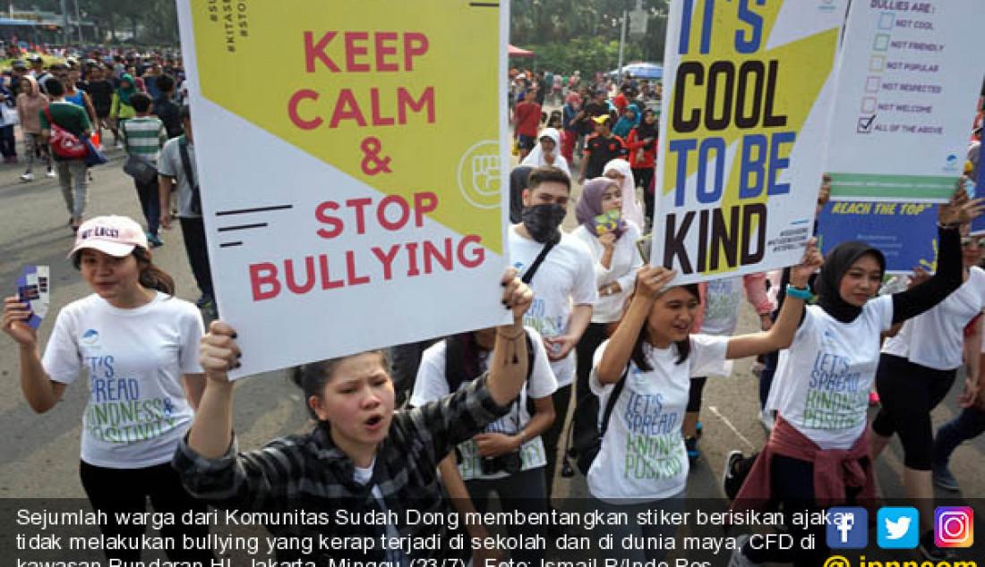 Sejumlah warga dari Komunitas Sudah Dong membentangkan stiker berisikan ajakan tidak melakukan bullying yang kerap terjadi di sekolah dan di dunia maya, CFD di kawasan Bundaran HI, Jakarta, Minggu (23/7). Foto: Ismail P/Indo Pos - JPNN.com