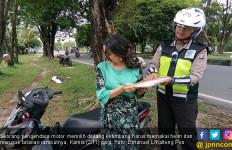 Emak-Emak Tak Pakai Helm Siap Dicegat Pak Polisi - JPNN.com