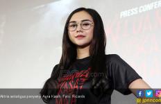 Aura Kasih Ngidam Pegang Piton - JPNN.com