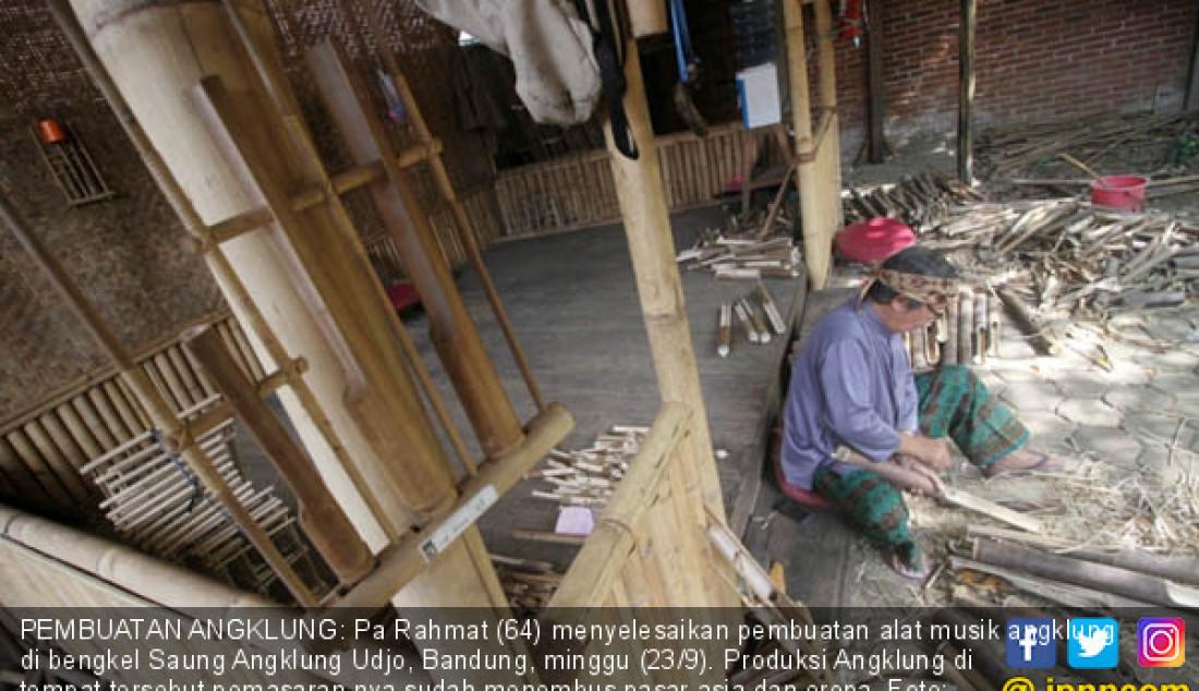 PEMBUATAN ANGKLUNG: Pa Rahmat (64) menyelesaikan pembuatan alat musik angklung di bengkel Saung Angklung Udjo, Bandung, minggu (23/9). Produksi Angklung di tempat tersebut pemasaran nya sudah menembus pasar asia dan eropa. Foto: Ramdhani/Radar Bandung - JPNN.com