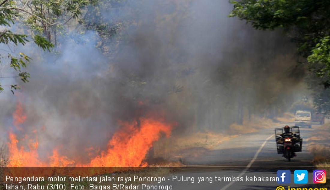 Pengendara motor melintasi jalan raya Ponorogo - Pulung yang terimbas kebakaran lahan, Rabu (3/10). Foto: Bagas B/Radar Ponorogo - JPNN.com
