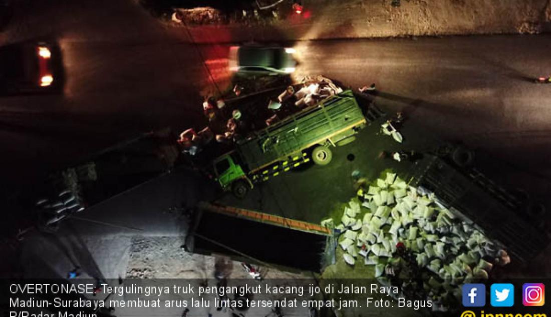OVERTONASE: Tergulingnya truk pengangkut kacang ijo di Jalan Raya Madiun-Surabaya membuat arus lalu lintas tersendat empat jam. Foto: Bagus R/Radar Madiun - JPNN.com