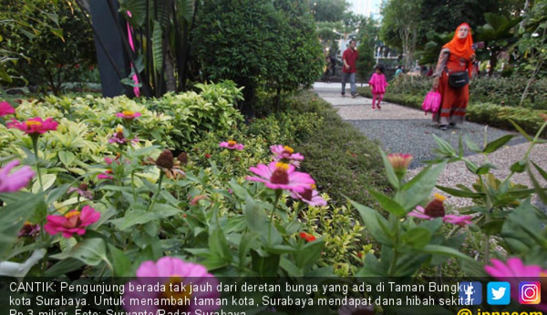 CANTIK: Pengunjung berada tak jauh dari deretan bunga yang ada di Taman Bungkul, kota Surabaya. Untuk menambah taman kota, Surabaya mendapat dana hibah sekitar Rp 3 miliar. Foto: Suryanto/Radar Surabaya - JPNN.com