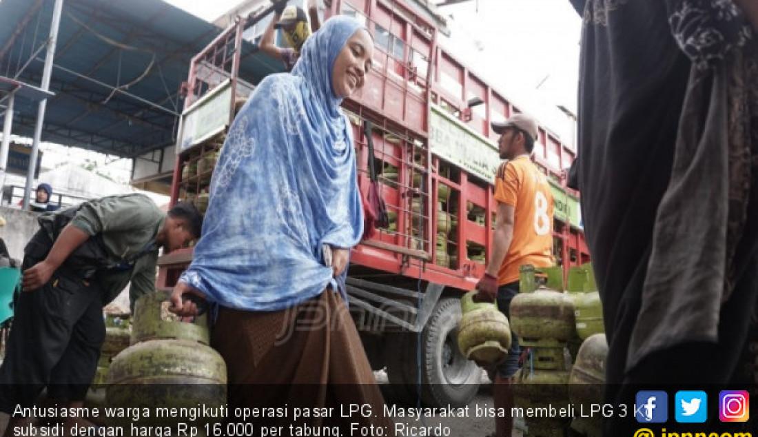 Antusiasme warga mengikuti operasi pasar LPG. Masyarakat bisa membeli LPG 3 Kg subsidi dengan harga Rp 16.000 per tabung. Foto: Ricardo - JPNN.com