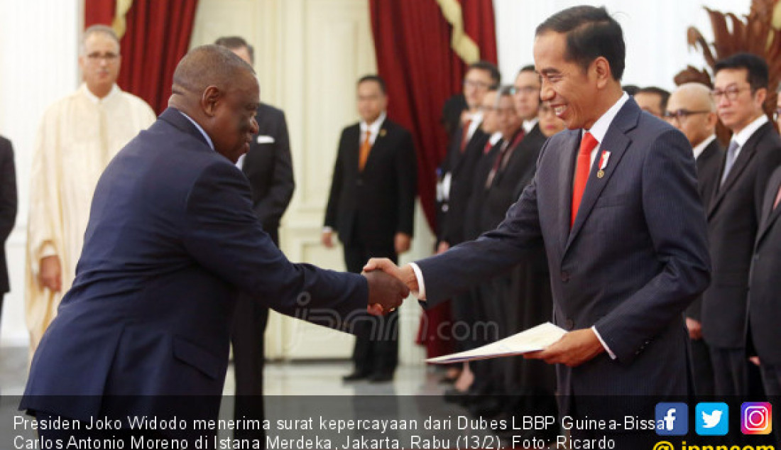 Presiden Joko Widodo menerima surat kepercayaan dari Dubes LBBP Guinea-Bissau Carlos Antonio Moreno di Istana Merdeka, Jakarta, Rabu (13/2). Foto: Ricardo - JPNN.com