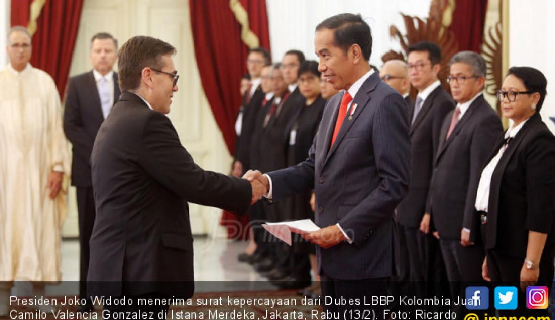 Presiden Joko Widodo menerima surat kepercayaan dari Dubes LBBP Kolombia Juan Camilo Valencia Gonzalez di Istana Merdeka, Jakarta, Rabu (13/2). Foto: Ricardo - JPNN.com