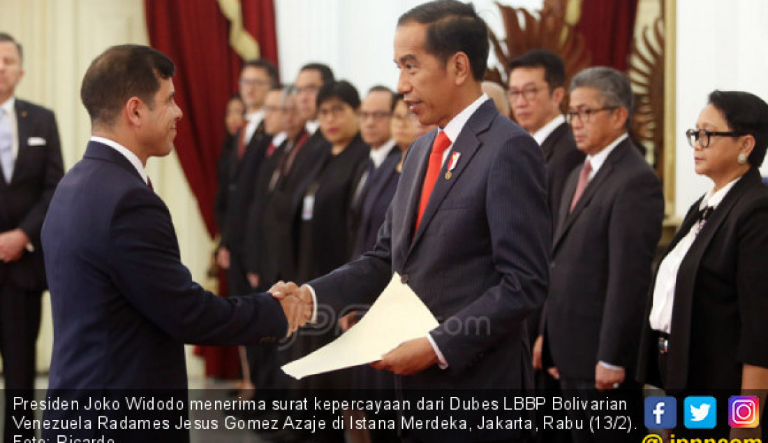 Presiden Joko Widodo menerima surat kepercayaan dari Dubes LBBP Bolivarian Venezuela Radames Jesus Gomez Azaje di Istana Merdeka, Jakarta, Rabu (13/2). Foto: Ricardo - JPNN.com