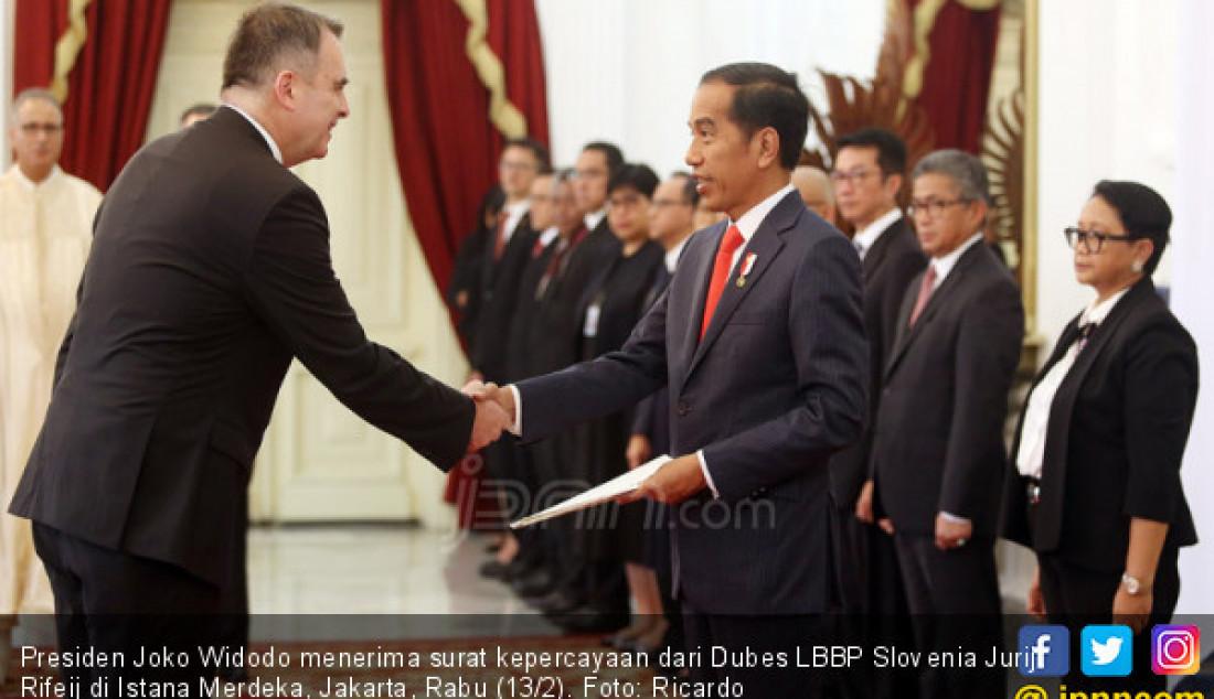 Presiden Joko Widodo menerima surat kepercayaan dari Dubes LBBP Slovenia Jurij Rifeij di Istana Merdeka, Jakarta, Rabu (13/2). Foto: Ricardo - JPNN.com