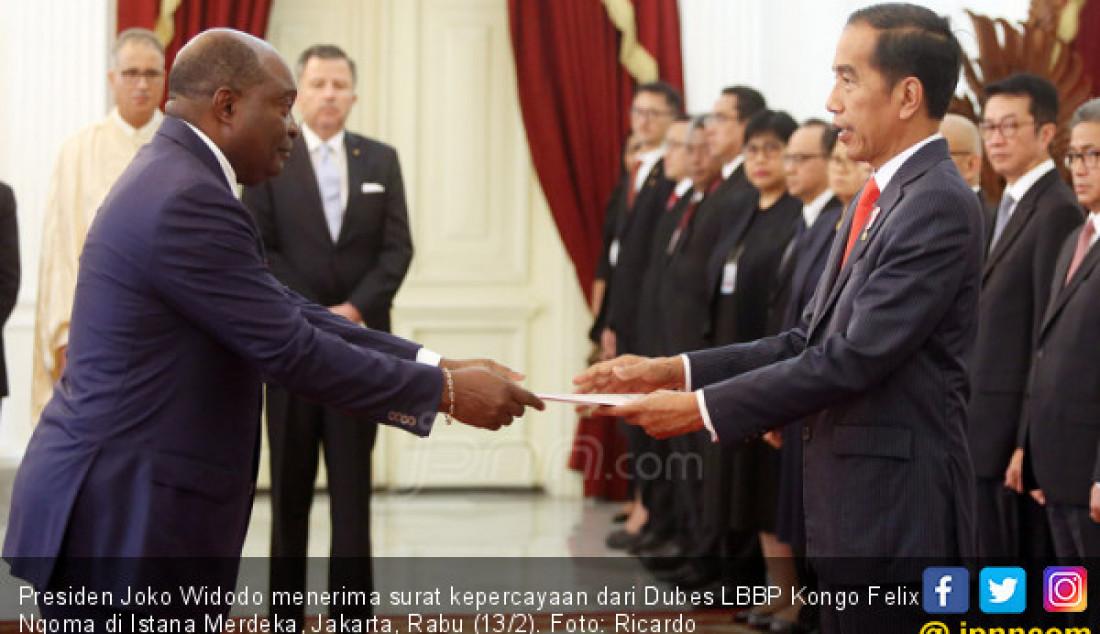 Presiden Joko Widodo menerima surat kepercayaan dari Dubes LBBP Kongo Felix Ngoma di Istana Merdeka, Jakarta, Rabu (13/2). Foto: Ricardo - JPNN.com