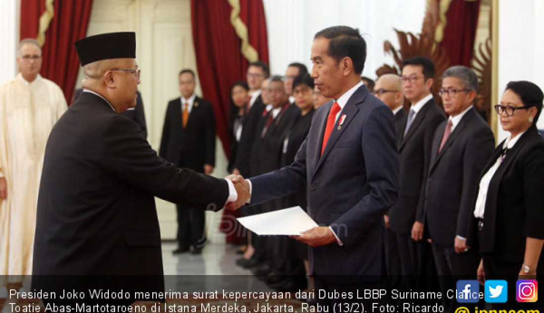 Presiden Joko Widodo menerima surat kepercayaan dari Dubes LBBP Suriname Clarice Toatie Abas-Martotaroeno di Istana Merdeka, Jakarta, Rabu (13/2). Foto: Ricardo - JPNN.com