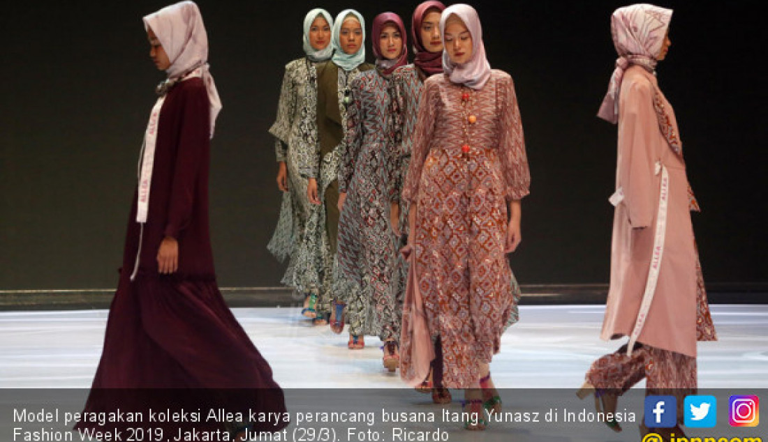 Model peragakan koleksi Allea karya perancang busana Itang Yunasz di Indonesia Fashion Week 2019, Jakarta, Jumat (29/3). Foto: Ricardo - JPNN.com