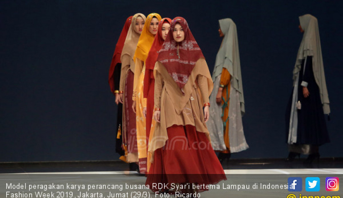 Model peragakan karya perancang busana RDK Syar'i bertema Lampau di Indonesia Fashion Week 2019, Jakarta, Jumat (29/3). Foto: Ricardo - JPNN.com
