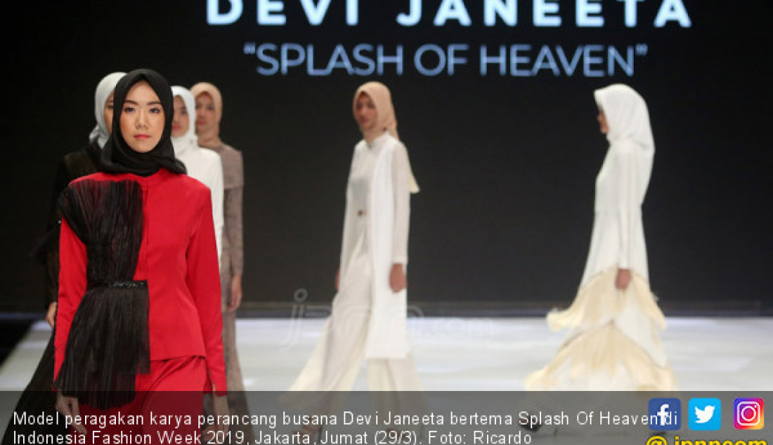 Model peragakan karya perancang busana Devi Janeeta bertema Splash Of Heaven di Indonesia Fashion Week 2019, Jakarta, Jumat (29/3). Foto: Ricardo - JPNN.com
