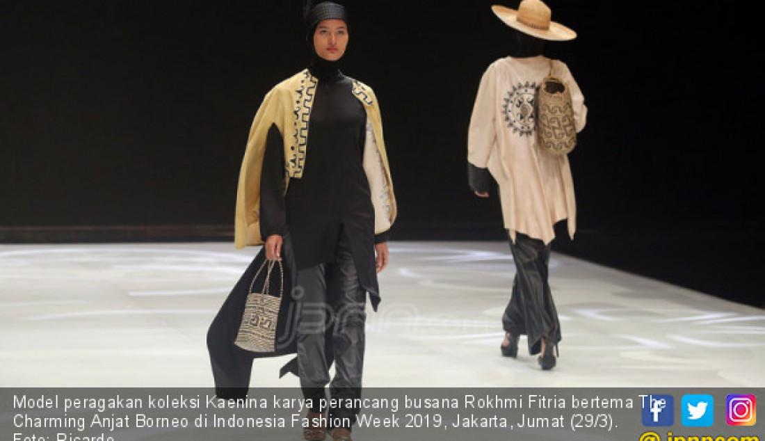Model peragakan koleksi Kaenina karya perancang busana Rokhmi Fitria bertema The Charming Anjat Borneo di Indonesia Fashion Week 2019, Jakarta, Jumat (29/3). Foto: Ricardo - JPNN.com