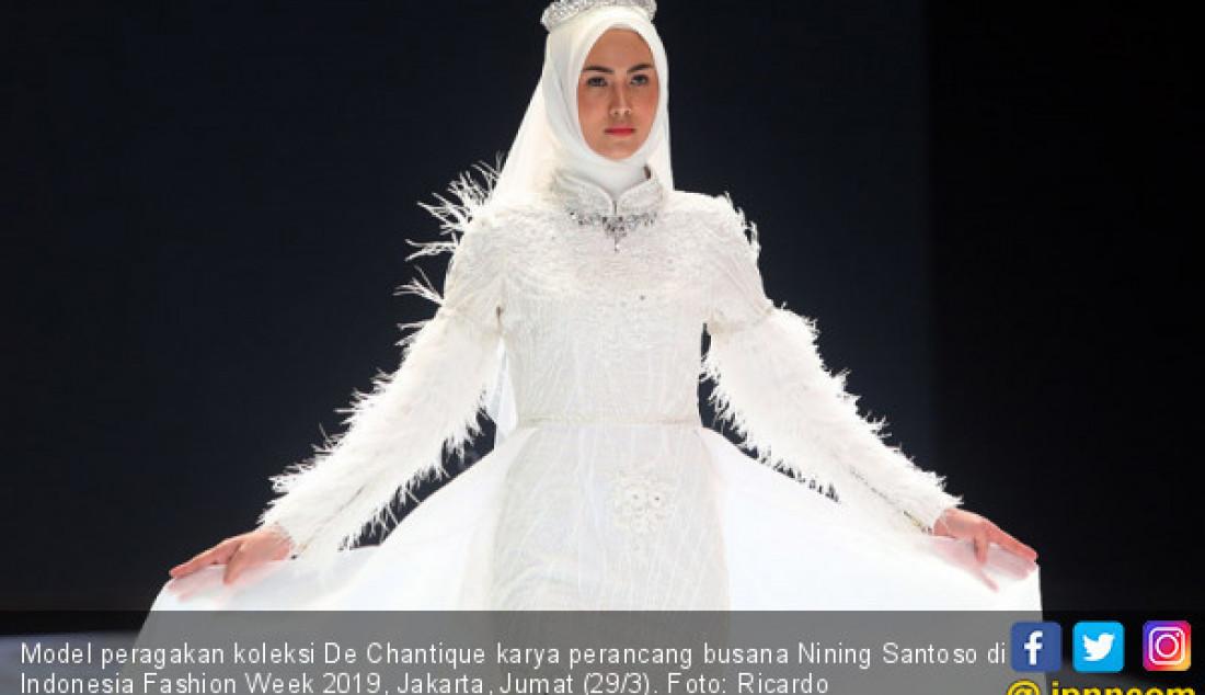 Model peragakan koleksi De Chantique karya perancang busana Nining Santoso di Indonesia Fashion Week 2019, Jakarta, Jumat (29/3). Foto: Ricardo - JPNN.com