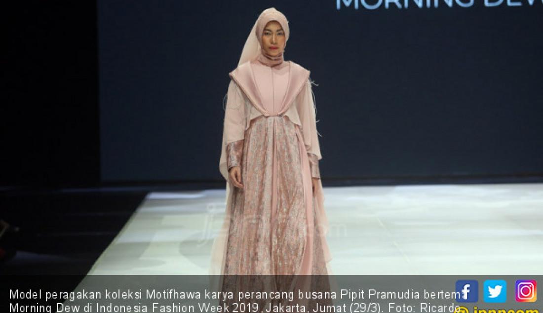 Model peragakan koleksi Motifhawa karya perancang busana Pipit Pramudia bertema Morning Dew di Indonesia Fashion Week 2019, Jakarta, Jumat (29/3). Foto: Ricardo - JPNN.com
