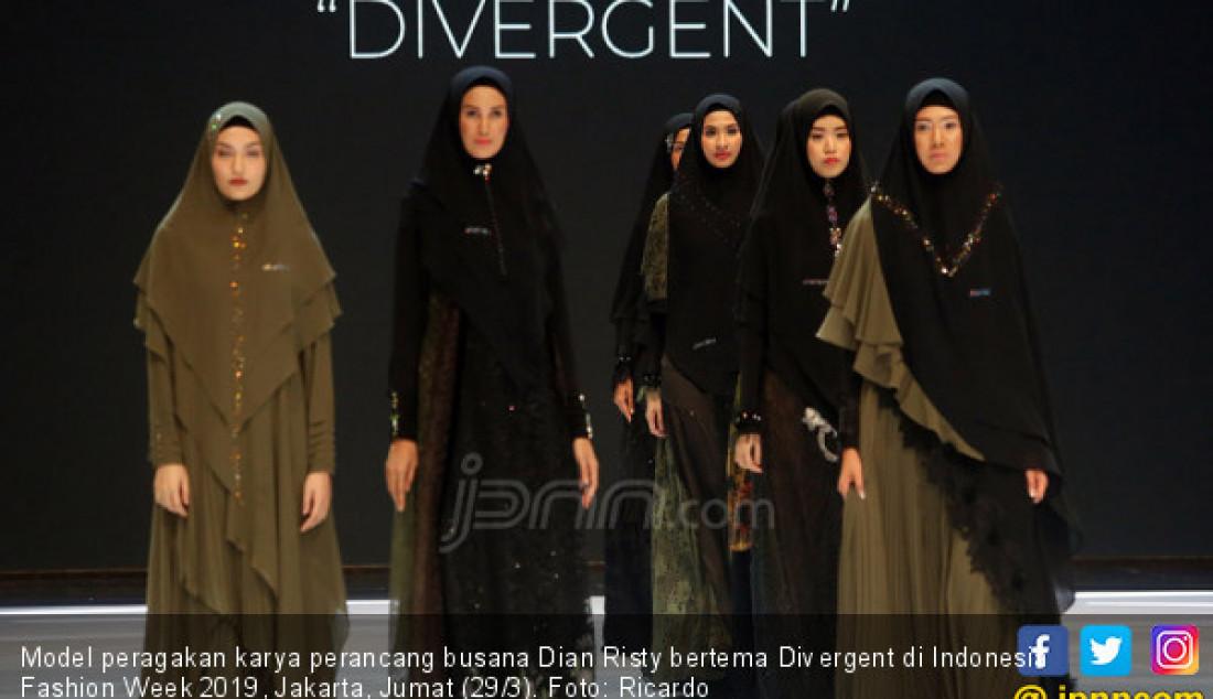 Model peragakan karya perancang busana Dian Risty bertema Divergent di Indonesia Fashion Week 2019, Jakarta, Jumat (29/3). Foto: Ricardo - JPNN.com