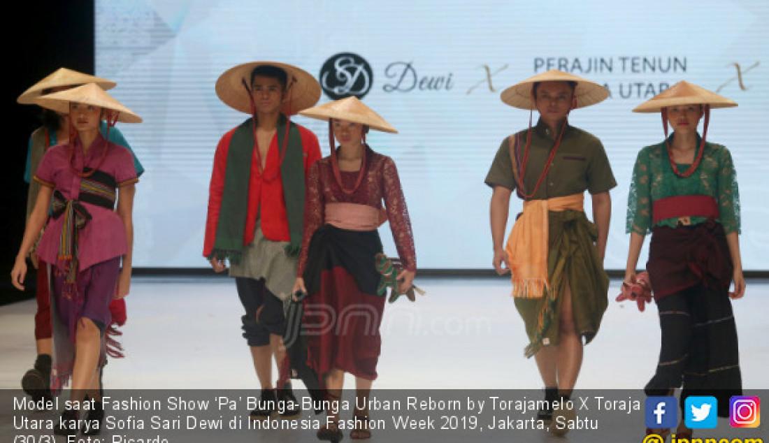 Model saat Fashion Show 'Pa' Bunga-Bunga Urban Reborn by Torajamelo X Toraja Utara karya Sofia Sari Dewi di Indonesia Fashion Week 2019, Jakarta, Sabtu (30/3). Foto: Ricardo - JPNN.com