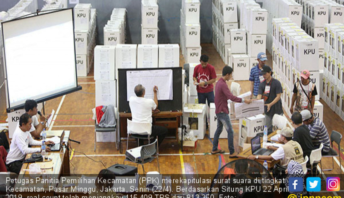 Petugas Panitia Pemilihan Kecamatan (PPK) merekapitulasi surat suara di tingkat Kecamatan, Pasar Minggu, Jakarta, Senin (22/4). Berdasarkan Situng KPU 22 April 2019, real count telah menjangkau 115.409 TPS dari 813.350. Foto: Miftahulhayat/Jawa Pos - JPNN.com