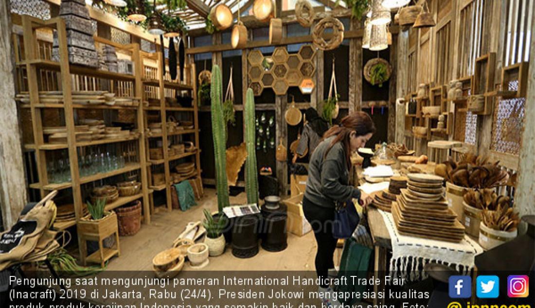 Pengunjung saat mengunjungi pameran International Handicraft Trade Fair (Inacraft) 2019 di Jakarta, Rabu (24/4). Presiden Jokowi mengapresiasi kualitas produk-produk kerajinan Indonesia yang semakin baik dan berdaya saing. Foto: Ricardo - JPNN.com