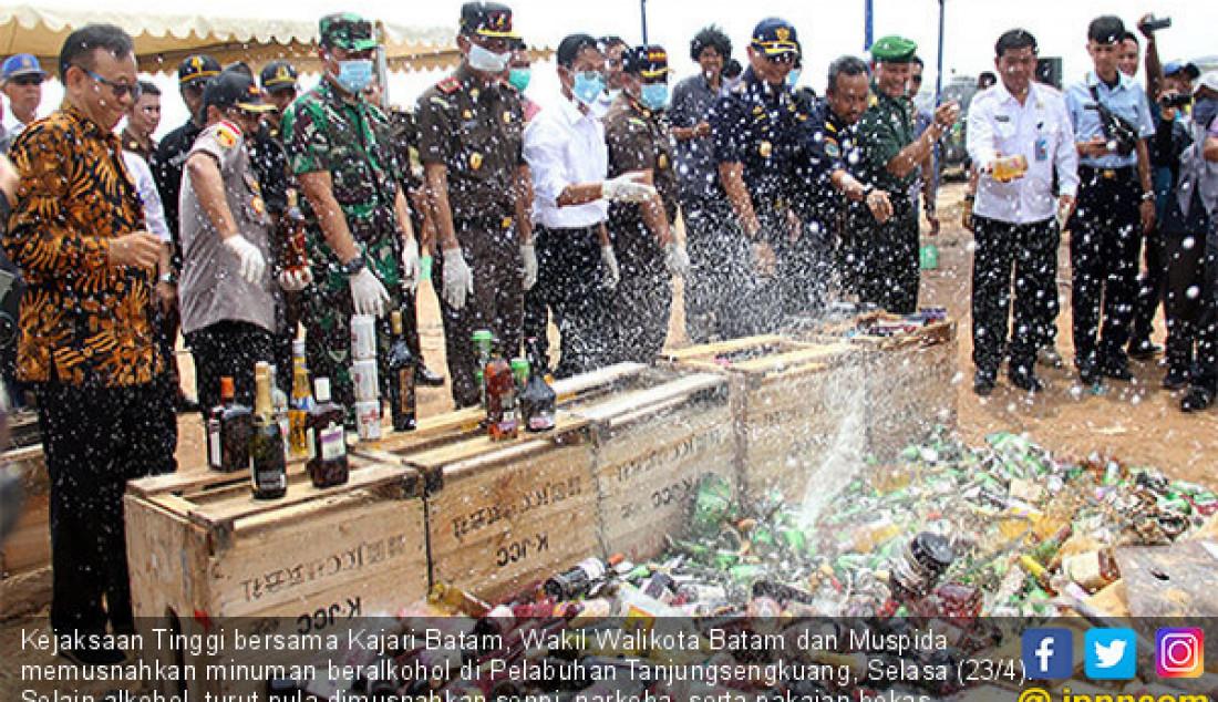 Kejaksaan Tinggi bersama Kajari Batam, Wakil Walikota Batam dan Muspida memusnahkan minuman beralkohol di Pelabuhan Tanjungsengkuang, Selasa (23/4). Selain alkohol, turut pula dimusnahkan senpi, narkoba, serta pakaian bekas. Foto: Cecep M/Batam Pos - JPNN.com