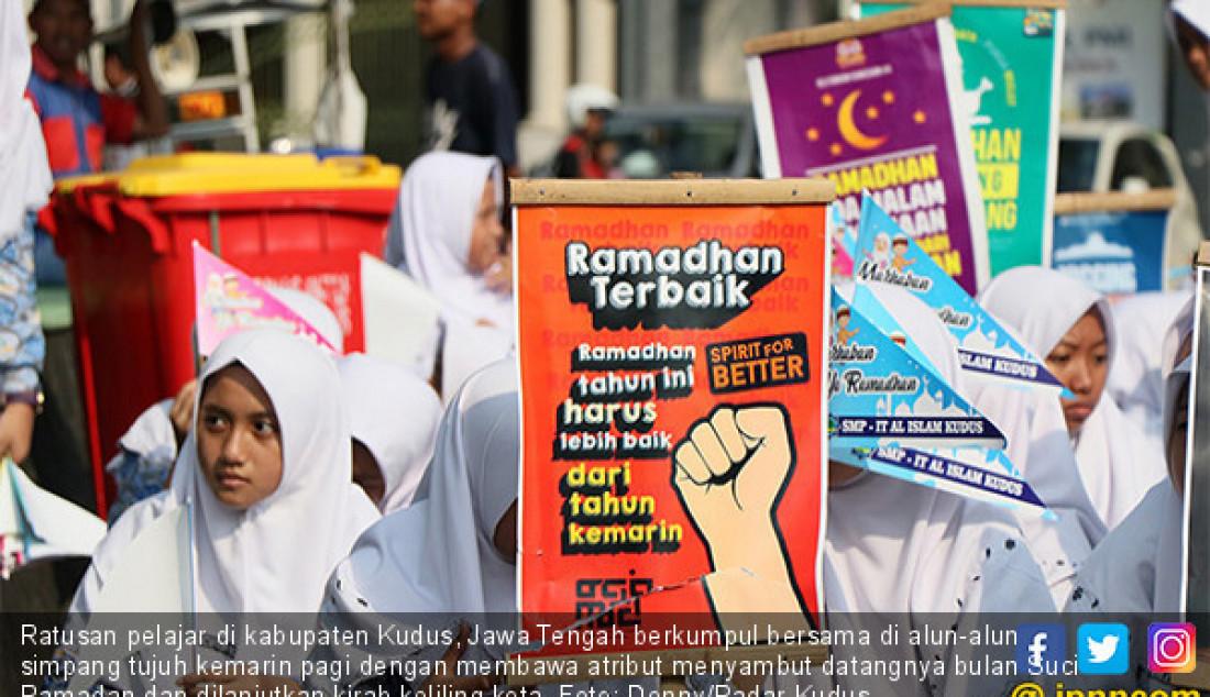 Ratusan pelajar di kabupaten Kudus, Jawa Tengah berkumpul bersama di alun-alun simpang tujuh kemarin pagi dengan membawa atribut menyambut datangnya bulan Suci Ramadan dan dilanjutkan kirab keliling kota. Foto: Donny/Radar Kudus - JPNN.com
