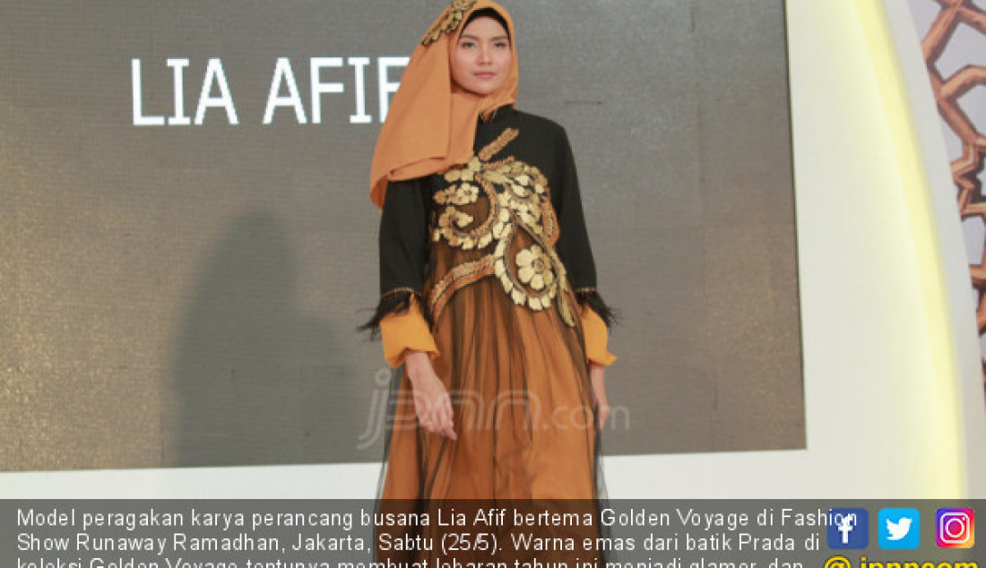 Model peragakan karya perancang busana Lia Afif bertema Golden Voyage di Fashion Show Runaway Ramadhan, Jakarta, Sabtu (25/5). Warna emas dari batik Prada di koleksi Golden Voyage tentunya membuat lebaran tahun ini menjadi glamor, dan menawan. Foto: Ricardo - JPNN.com