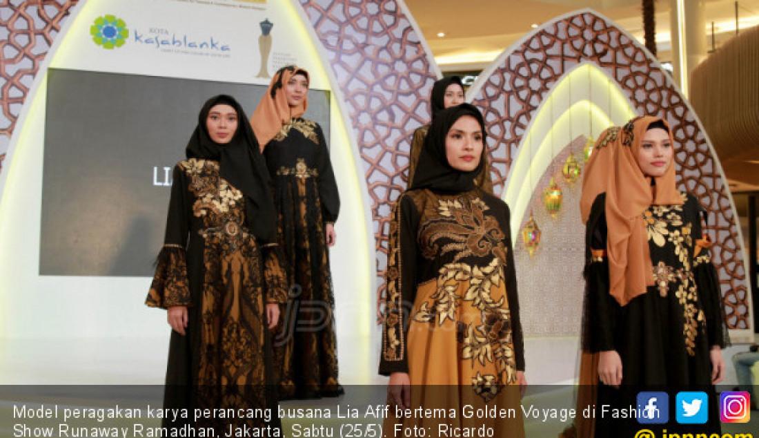 Model peragakan karya perancang busana Lia Afif bertema Golden Voyage di Fashion Show Runaway Ramadhan, Jakarta, Sabtu (25/5). Foto: Ricardo - JPNN.com