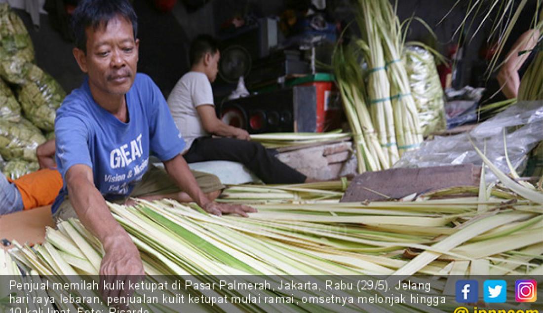 Penjual memilah kulit ketupat di Pasar Palmerah, Jakarta, Rabu (29/5). Jelang hari raya lebaran, penjualan kulit ketupat mulai ramai, omsetnya melonjak hingga 10 kali lipat. Foto: Ricardo - JPNN.com