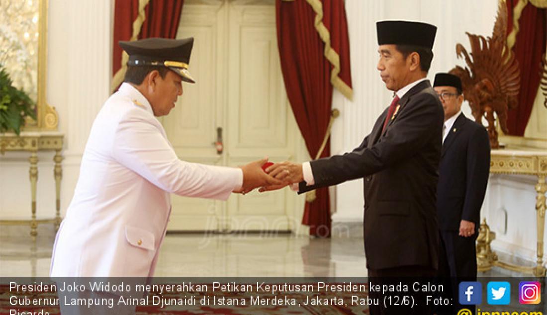 Presiden Joko Widodo menyerahkan Petikan Keputusan Presiden kepada Calon Gubernur Lampung Arinal Djunaidi di Istana Merdeka, Jakarta, Rabu (12/6). Foto: Ricardo - JPNN.com