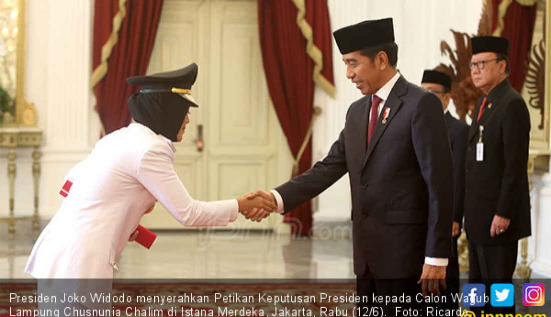 Presiden Joko Widodo menyerahkan Petikan Keputusan Presiden kepada Calon Wagub Lampung Chusnunia Chalim di Istana Merdeka, Jakarta, Rabu (12/6). Foto: Ricardo - JPNN.com