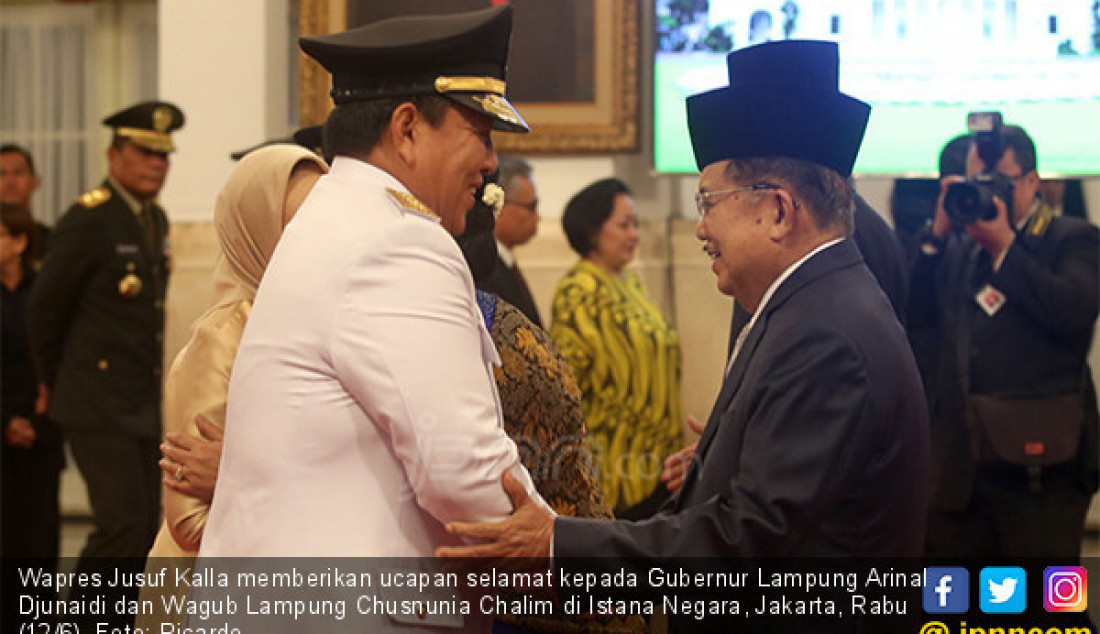 Wapres Jusuf Kalla memberikan ucapan selamat kepada Gubernur Lampung Arinal Djunaidi dan Wagub Lampung Chusnunia Chalim di Istana Negara, Jakarta, Rabu (12/6). Foto: Ricardo - JPNN.com