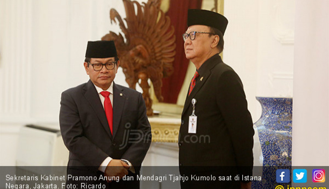Sekretaris Kabinet Pramono Anung dan Mendagri Tjahjo Kumolo saat di Istana Negara, Jakarta. Foto: Ricardo - JPNN.com