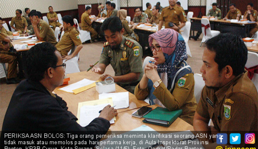 PERIKSA ASN BOLOS: Tiga orang pemeriksa meminta klarifikasi seorang ASN yang tidak masuk atau memolos pada hari pertama kerja, di Aula Inspektorat Provinsi Banten, KP3B Curug, Kota Serang, Selasa (11/6). Foto: Qodrat/Radar Banten - JPNN.com