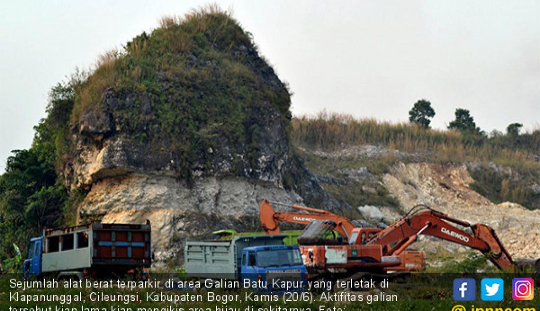 Sejumlah alat berat terparkir di area Galian Batu Kapur yang terletak di Klapanunggal, Cileungsi, Kabupaten Bogor, Kamis (20/6). Aktifitas galian tersebut kian lama kian mengikis area hijau di sekitarnya. Foto: Hendinovian/Radar Bogor - JPNN.com