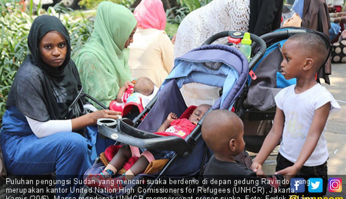 Puluhan pengungsi Sudan yang mencari suaka berdemo di depan gedung Ravindo, yang merupakan kantor United Nation High Comissioners for Refugees (UNHCR), Jakarta, Kamis (20/6). Massa mendesak UNHCR mempercepat proses suaka. Foto: Fedrik T/Jawa Pos - JPNN.com
