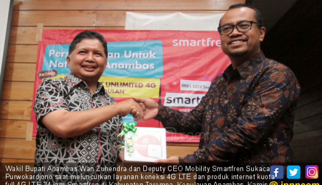 Wakil Bupati Anambas Wan Zuhendra dan Deputy CEO Mobility Smartfren Sukaca Purwokardjono saat meluncurkan layanan koneksi 4G LTE dan produk internet kuota full 4G LTE 24 jam Smartfren di Kabupaten Tarempa, Kepulauan Anambas, Kamis (27/6). Foto: Ricardo - JPNN.com